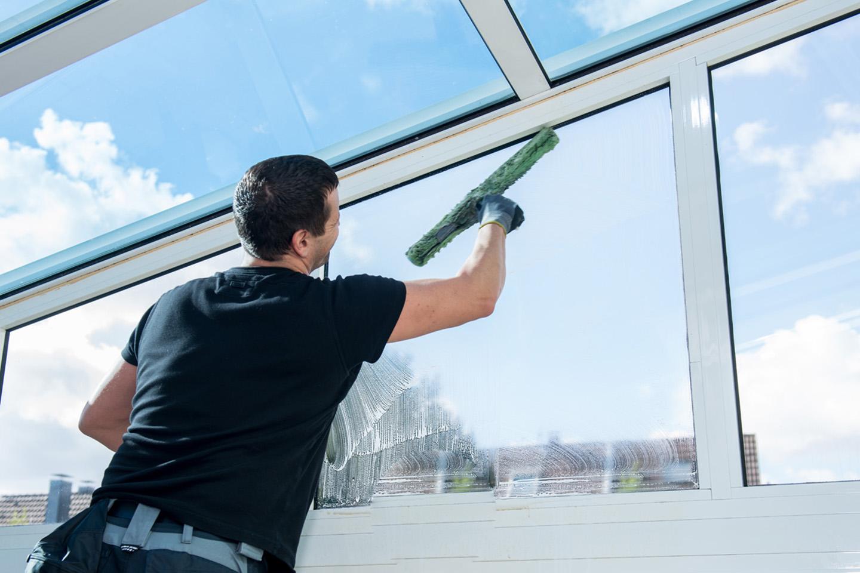 Pulizie superfici e vetrate